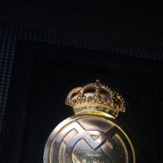 Coleccionismo deportivo: ESCUDO DEL REAL MADRID BAÑADO EN ORO 24 KILATES. Lote 93589045