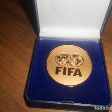 Coleccionismo deportivo: MEDALLA FIFA CONGRESO DE ZURICH, BAÑO DE ORO. Lote 96027491