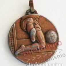 Coleccionismo deportivo: MEDALLA FÚTBOL FINES DE LOS 70 PRINC DE LOS 80 - MOTIVO EN RELIEVE - DEPORTE METAL - PIERNAS Y BALÓN. Lote 98485939