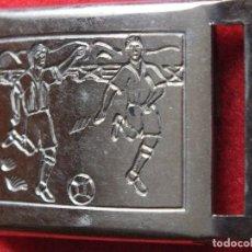 Coleccionismo deportivo: ANTIGUA HEBILLA METALICA CON GRABADO DE FUTBOL COMPLETA DOS PIEZAS.. Lote 98782307