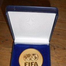Coleccionismo deportivo: MEDALLA FIFA, KONGRES MÜNCHEN 2006. BAÑO EN ORO. Lote 101639035