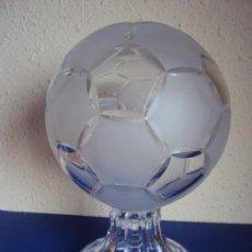 Coleccionismo deportivo: (F-171200)TROFEO DE CRISTAL - BALON - MARCAJE IRENA - OBSEQUIO A PRESIDENTE F.C.BARCELONA. Lote 104952607
