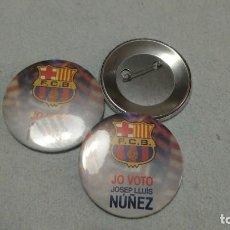 Coleccionismo deportivo: CHAPA CON AGUJA 6CM CAMPAÑA ELECCIONES FC BARCELONA 'JO VOTO JOSEP LLUIS NUÑEZ'. Lote 112779727