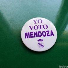 Coleccionismo deportivo: RARA CHAPA DE LAS ELECCIONES DEL REAL MADRID. YO VOTO MENDOZA. Lote 117016780