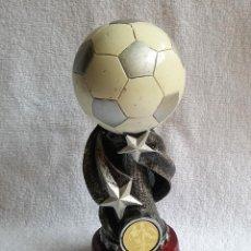 Coleccionismo deportivo: BONITO Y RARO TROFEO FUTBOL EN RESINA 18 CM ALTO. Lote 119957367