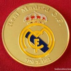 Coleccionismo deportivo: MONEDA CHAPADA EN ORO DEL REAL MADRID C.F. ESCUDO-FECHA FUNDACIÓM-FIRMA RONALDO. Lote 121648403