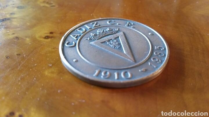 Coleccionismo deportivo: Cadiz C.F. Moneda conmemorativa, 75 aniversario. 1910 - 1985. RARA, EN PERFECTO ESTADO. - Foto 3 - 125848999