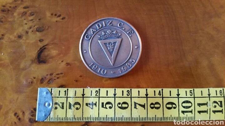 Coleccionismo deportivo: Cadiz C.F. Moneda conmemorativa, 75 aniversario. 1910 - 1985. RARA, EN PERFECTO ESTADO. - Foto 5 - 125848999