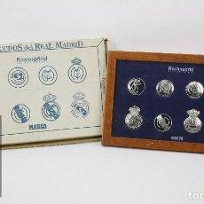 Coleccionismo deportivo: COLECCIÓN DE 8 ESCUDOS BAÑADOS EN ORO BLANCO - REAL MADRID CLUB DE FÚTBOL / CF - MARCA - #CCB. Lote 128025463