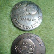 Coleccionismo deportivo: LOTE DE 2 MEDALLAS MEDALLA MONEDA MUNDIAL FUTBOL ESPAÑA 1982. Lote 128357679