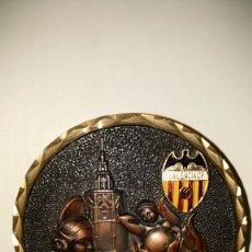 Coleccionismo deportivo: MEDALLA CON IMÁN DEL VALENCIA, C.F., AÑOS 70. PERFECTO ESTADO.. Lote 128843603