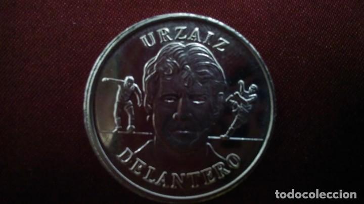 MONEDA DE URZAIZ DE LA COLECCIÓN OFICIAL DE LA SELECCIÓN ESPAÑOLA AÑO 2000 DEL DIARIO AS (Coleccionismo Deportivo - Medallas, Monedas y Trofeos de Fútbol)