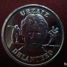 Coleccionismo deportivo: MONEDA DE URZAIZ DE LA COLECCIÓN OFICIAL DE LA SELECCIÓN ESPAÑOLA AÑO 2000 DEL DIARIO AS. Lote 132340050
