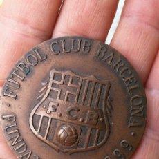 Coleccionismo deportivo: ANTIGUA MEDALLA RELIEVE DEL FUTBOL CLUB BARCELONA- COMPROMISSARI 1987-89, 5CM DIÁMETRO.. Lote 132849874