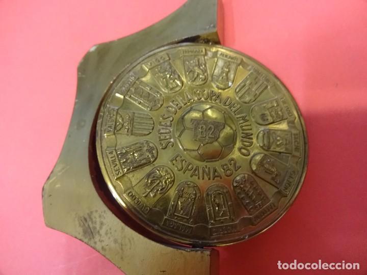 Coleccionismo deportivo: ESPAÑA 82. Naranjito. Pisapapeles con medallon bronce giratorio y pie metálico macizo. Muy raro - Foto 3 - 137683166