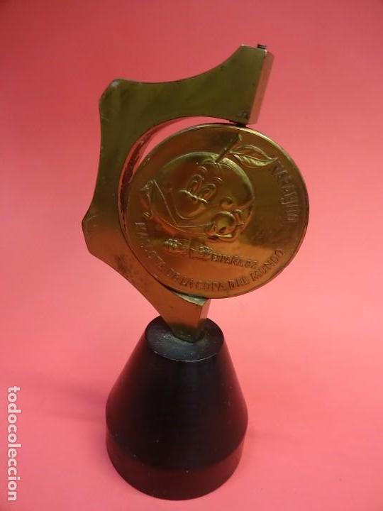 ESPAÑA 82. NARANJITO. PISAPAPELES CON MEDALLON BRONCE GIRATORIO Y PIE METÁLICO MACIZO. MUY RARO (Coleccionismo Deportivo - Medallas, Monedas y Trofeos de Fútbol)