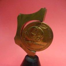Coleccionismo deportivo: ESPAÑA 82. NARANJITO. PISAPAPELES CON MEDALLON BRONCE GIRATORIO Y PIE METÁLICO MACIZO. MUY RARO. Lote 137683166