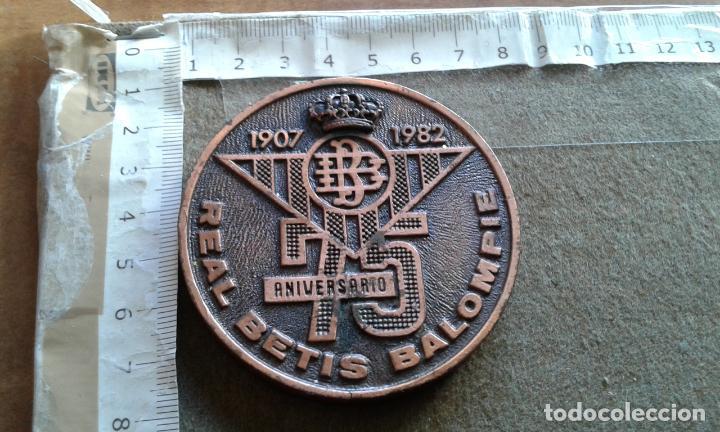MEDALLA CONMEMORATIVA DEL 75 ANIVERSARIO DEL REAL BETIS BALOMPIE (Coleccionismo Deportivo - Medallas, Monedas y Trofeos de Fútbol)