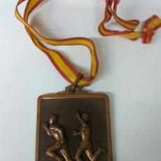Coleccionismo deportivo: FÚTBOL O.J.E. AÑO 1984 MEDALLA 6X5 CMS. Lote 139607784