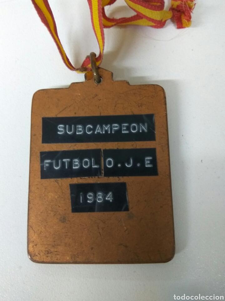 Coleccionismo deportivo: FÚTBOL O.J.E. AÑO 1984 MEDALLA 6X5 CMS - Foto 2 - 139607784