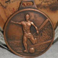 Coleccionismo deportivo: MEDALLA TORNEO DE FUTBOL MARISTES DE LES CORTS AÑO 1986. Lote 141843142
