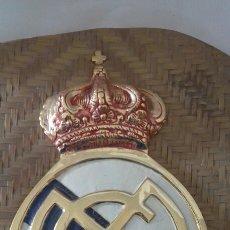 Coleccionismo deportivo: ESCUDO DEL REAL MADRID EN BRONCE , ESMALTADO. GRANDE. Lote 142681752