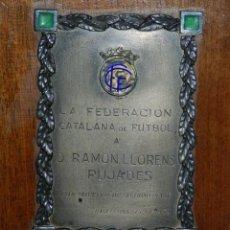 Coleccionismo deportivo: FC BARCELONA - PLACA CONMEMORATIVA DE LA FEDERACION CATALANA DE FUTBOL A RAMON LLORENS. Lote 143387110