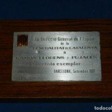 Coleccionismo deportivo: FC BARCELONA - PLACA CONMEMORATIVA A RAMON LLORENS PUJADAS, EXPORTERO DEL FC BARCELONA. Lote 143388046