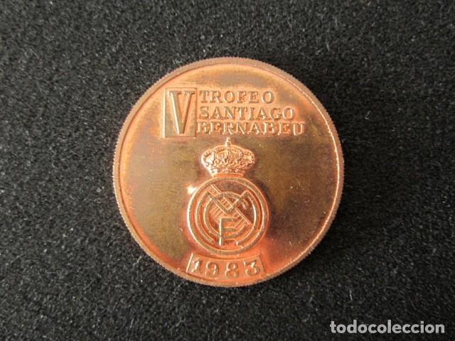 MEDALLA V TROFEO SANTIAGO BERNABEU. FÚTBOL REAL MADRID. AÑO 1983 (Coleccionismo Deportivo - Medallas, Monedas y Trofeos de Fútbol)