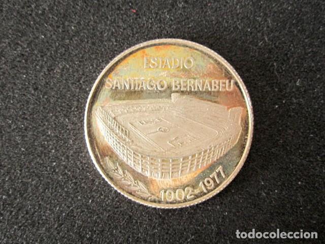 Coleccionismo deportivo: MEDALLA 75 ANIVERSARIO REAL MADRID, ESTADIO SANTIAGO BERNABEU. FÚTBOL. AÑO 1983 - Foto 2 - 148053306