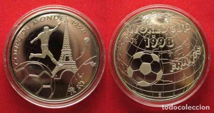 Coleccionismo deportivo: BONITA MONEDA PLATA COPA DEL MUNDO DE FUTBOL FRANCIA 1998 WORLD CUP 1998 FRANCE - Foto 2 - 148686854