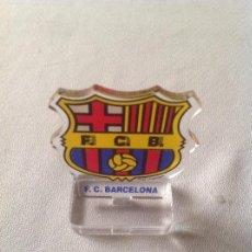 Coleccionismo deportivo: ESCUDO F.C.B FUTBOL CLUB BARCELONA, CON PEANA. Lote 148923322