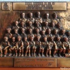 Coleccionismo deportivo: TROFEO REAL MADRID C. DE F. - A SUS PEÑAS MADRIDISTAS - CAMPEÓN DE LIGA 1996-97 - KELME. Lote 151504340