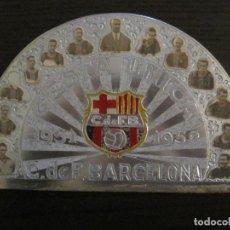 Coleccionismo deportivo: CLUB FUTBOL BARCELONA-CHAPA CONMEMORATIVA GESTA UNICA 1951 1952-BARÇA CINCO COPAS-VER FOTOS(V-15954). Lote 152206282