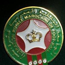 Coleccionismo deportivo: PLACA MEDALLA METAL DORADO ESMALTADO FEDERATION ROYALE MAROCAINE MARRUECOS FOOTBALL FUTBOL 11,5X8CMS. Lote 152662946