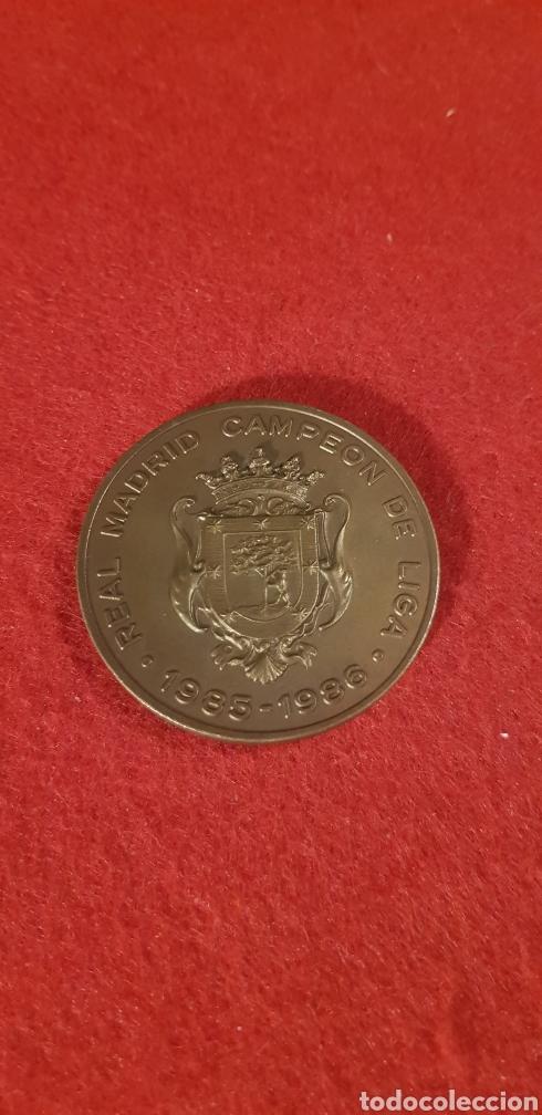 MEDALLA EN BRONCE REAL MADRID CAMPEÓN DE LIGA 1985 1986 AYUNTAMIENTO DE MADRID (Coleccionismo Deportivo - Medallas, Monedas y Trofeos de Fútbol)