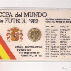 Coleccionismo deportivo: TARJETA COPA DEL MUNDO DE FÚTBOL 1982 CON MEDALLA CONMEMORATIVA BAÑADA EN ORO FINO DE 24 KILATES.. Lote 167841976