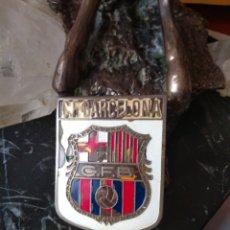 Coleccionismo deportivo: PLACA DE COCHE C.F. BARCELONA ESMALTADA. Lote 168282960