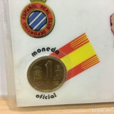 Coleccionismo deportivo: TARJETA CON MONEDA 1 PESETA - MUNDIAL FÚTBOL ESPAÑA 82 - RCD ESPAÑOL - ESTADIO DE SARRIÁ . Lote 169800620