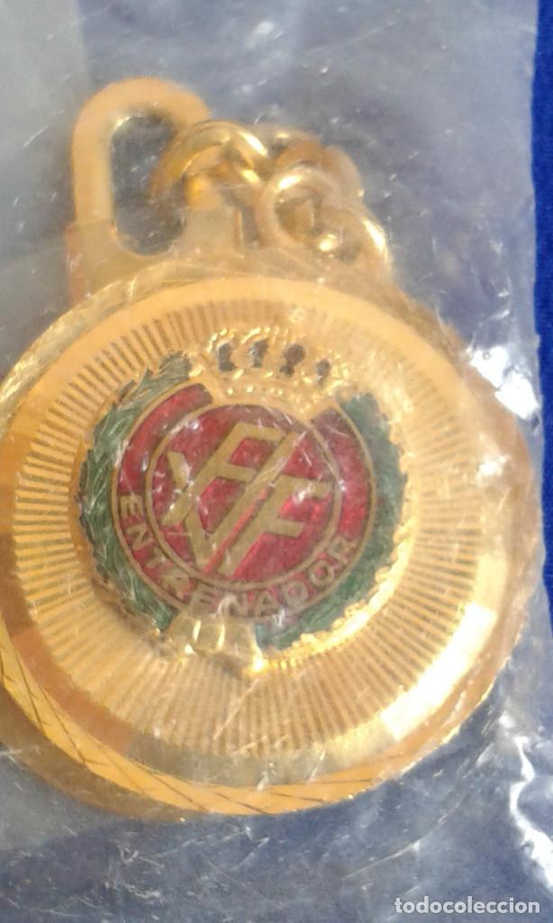 Coleccionismo deportivo: LLAVERO-FEDERACION VALENCIANA DE FUTBOL - ENTRENADOR CON LA CORONA REAL - Foto 2 - 170080972