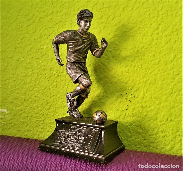 BONITA FIGURA JUGADOR FUTBOL PLOMO Y NICKEL PARECE 19.CM ALTO (Coleccionismo Deportivo - Medallas, Monedas y Trofeos de Fútbol)