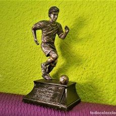 Coleccionismo deportivo: BONITA FIGURA JUGADOR FUTBOL PLOMO Y NICKEL PARECE 19.CM ALTO. Lote 172083423