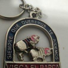 Coleccionismo deportivo: LLAVERO FÚTBOL CLUB BARCELONA - SIEMPRE QUE QUEREMOS TE JODEMOS - CON MOVIMIENTO -. Lote 172858359