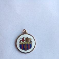 Coleccionismo deportivo: ANTIGUO COLGANTE DEL CLUB DE FUTBOL BARCELONA - EPOCA FRANCO - METAL DORADO Y ESMALTES - 2,4 CM. Lote 174008923