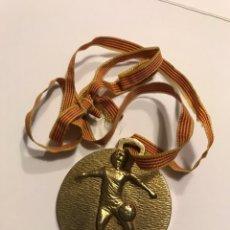 Coleccionismo deportivo: RARA MEDALLA CLUB FUTBOL BALAGUER (LLEIDA) OJO CAMPEON INFANTIL 1981/1982 - VER FOTOS!. Lote 174206845