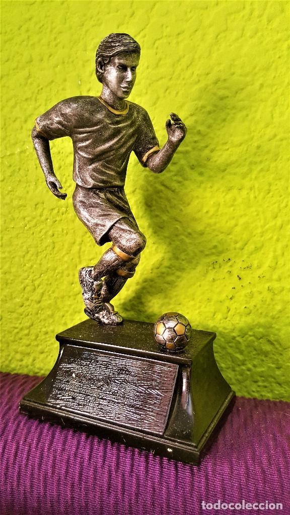 Coleccionismo deportivo: BONITA FIGURA JUGADOR FUTBOL PLOMO Y NICKEL PARECE 19.CM ALTO - Foto 2 - 174980688