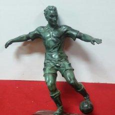 Coleccionismo deportivo: ESCULTURA ART DECÓ DE FUTBOLISTA, AÑOS 50'S. Lote 175215633