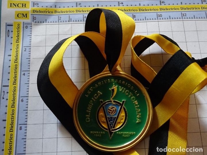 Coleccionismo deportivo: MEDALLA MEDALLÓN DE FÚTBOL MODESTO MALAGUEÑO. CLUB FÚTBOL OLÍMPICA VICTORIANA MÁLAGA 2009. 40 GR - Foto 2 - 176268444