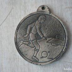 Coleccionismo deportivo: MEDALLA FUTBOL AÑOS 60. Lote 176554917