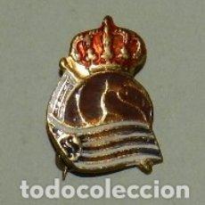 Coleccionismo deportivo: PIN INSIGNIA FUTBOL DE LA REAL SOCIEDAD, MEDIDAS: 1,5 X 1 CM.. Lote 177248434